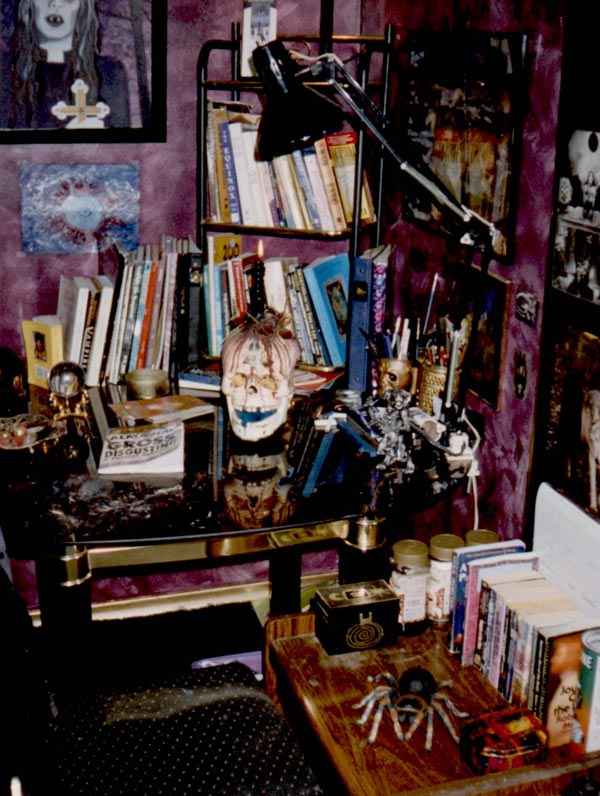 GOTH_ROOM.jpg (600×796) Gothic homeware, Cool rooms